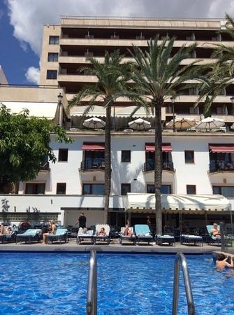 Gran Melia Victoria: Pool.  Note the bar above
