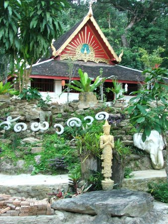 Funky Monkey Guesthouse & Tours: local temple