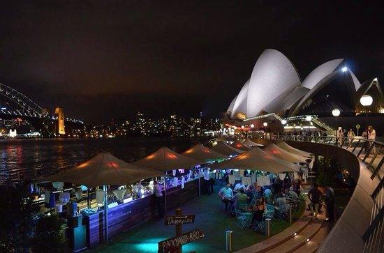 Sydney Opera House : Foto serale con l'Opera House sullo sfondo e l'Opera Bar in primo piano.