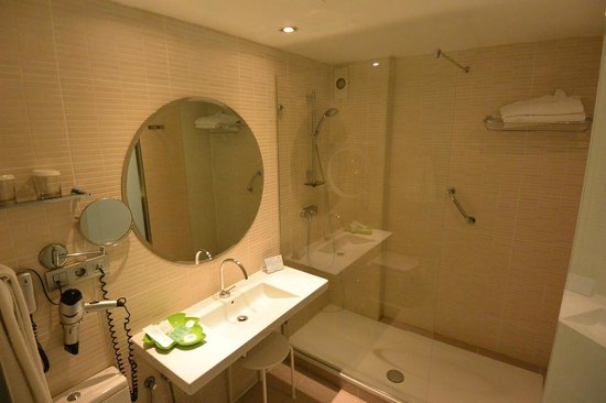 Bathroom of standard room at Hotel Opera, Madrid.