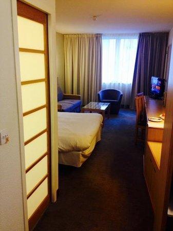 Novotel Leeds Centre: bedroom with bathroom door on left