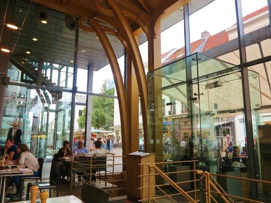 Grand Cafe Horta : Construction métalique provenant de l'ancienne Maison du peuple, dessinée par Horta