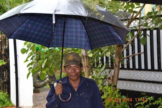 Areca Angkor Boutique: Секьюрити отеля-отличный мужчина!