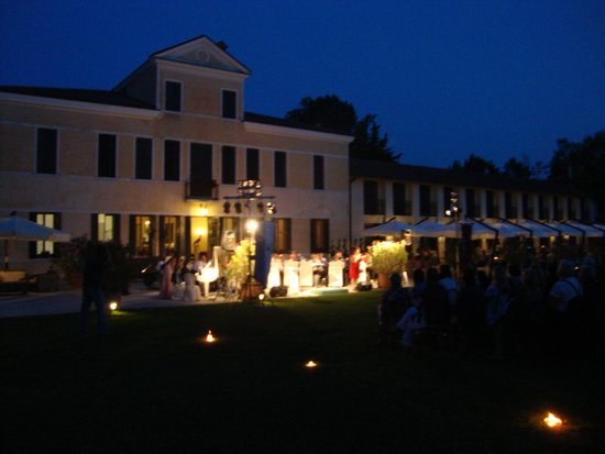 Relais Monaco Country Hotel & Spa: Evening view of the rear area with band playing.
