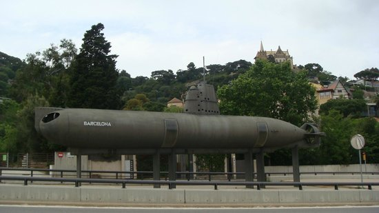 CosmoCaixa Barcelona: подлодка напротив музея