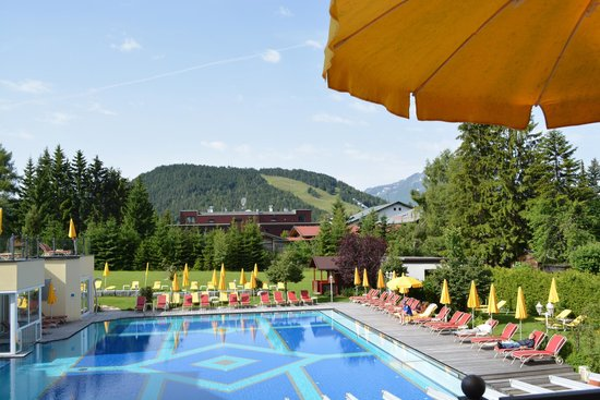 Alpenpark Resort: Pool with Lounger Areas