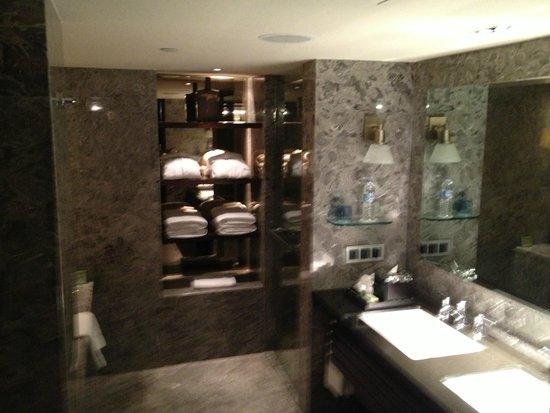 Mandarin Oriental Jakarta : very nice and large bathroom