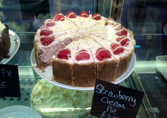 Fron Goch Garden Centre & Restaurant: strawberry gateux fresh and seasonal