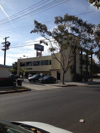 Custom Hotel: vue depuis notre place de parking