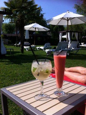 Hotel Conde Rodrigo II: Terraza tumbonas y camas balinesas