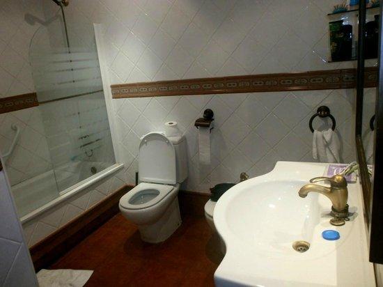 Hotel Conde Rodrigo II: Baño