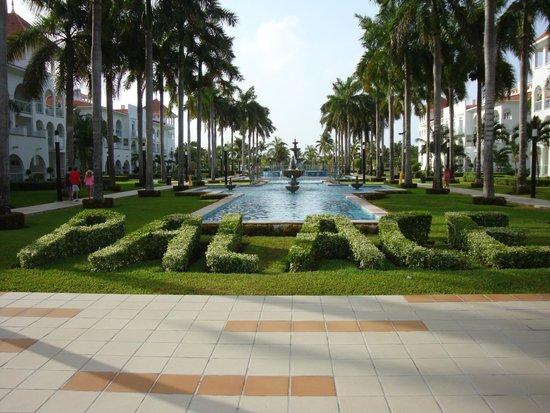 Hotel Riu Palace Mexico: Grounds