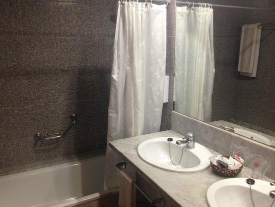 Hotel Puerto Palace: Das Bad mit großflächigem Spiegel und zwei Waschbecken