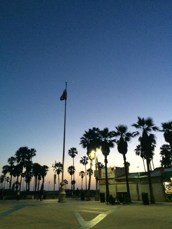 Hotel Erwin: Venice boardwalk at night