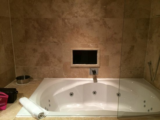 Signature Living Hotel: The Lovely Spacious Bathroom
