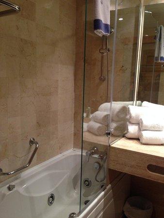 Hotel Saratoga: Massage tub.