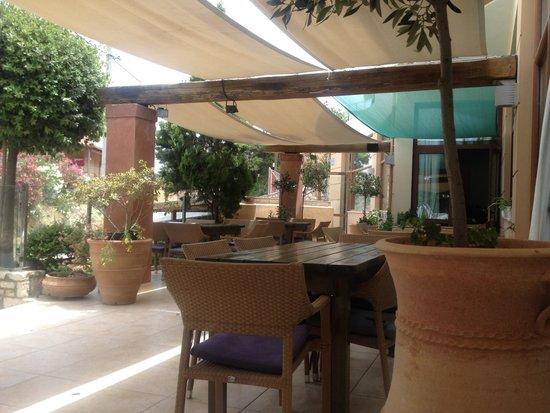 Elia & Diosmos : Terrasse exterieure pas mal non?