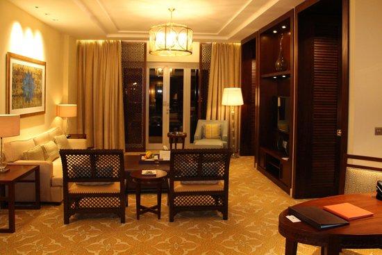 The Ritz-Carlton, Dubai: salon de la chambre
