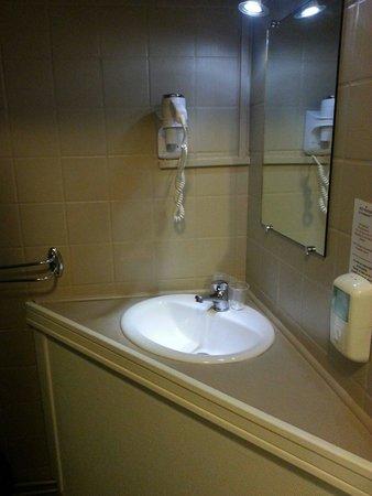 Hotel Le Panorama : Salle de bain vieillotte et sombre