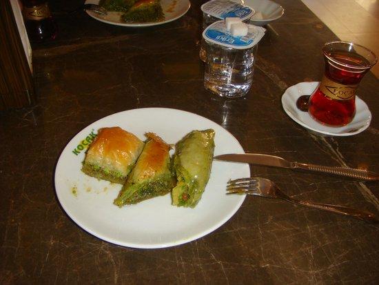 Koçak Baklava : bir de yanında çay...