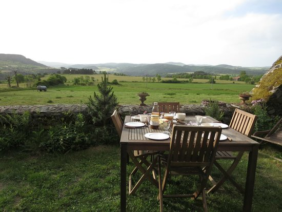Le Clos de Masclaux : La table du petit déjeuner  en train d'être préparée