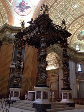 Cathedral of Marie-Reine-du-Monde : Altar