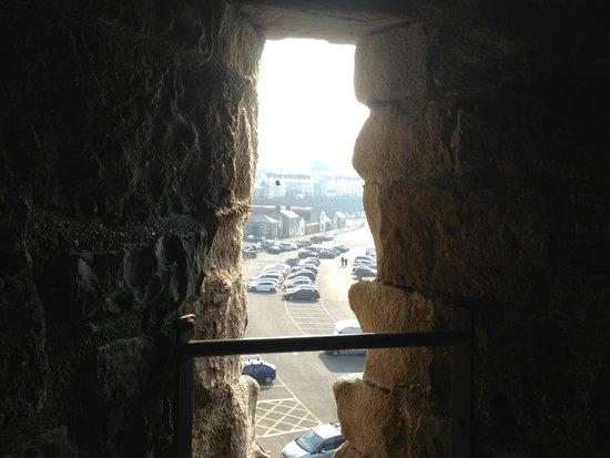Caernarfon Castle: こそっと外を見ていたのかな。