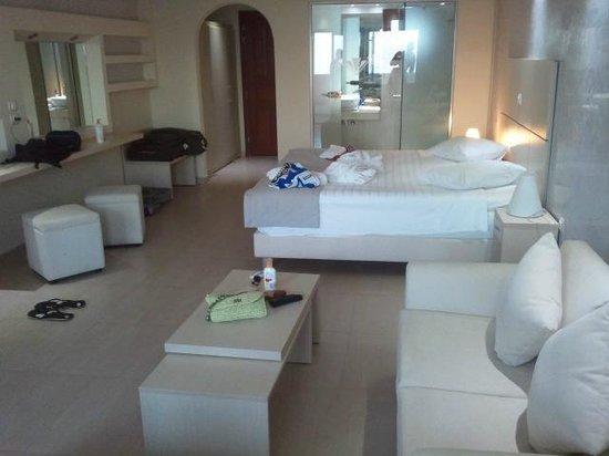 Splendour Resort : Habitación con baño al fondo