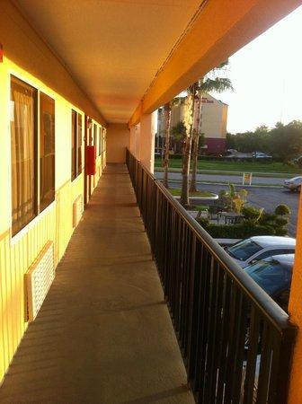 Super 8 Orlando International Drive : Corredor de acesso aos quartos