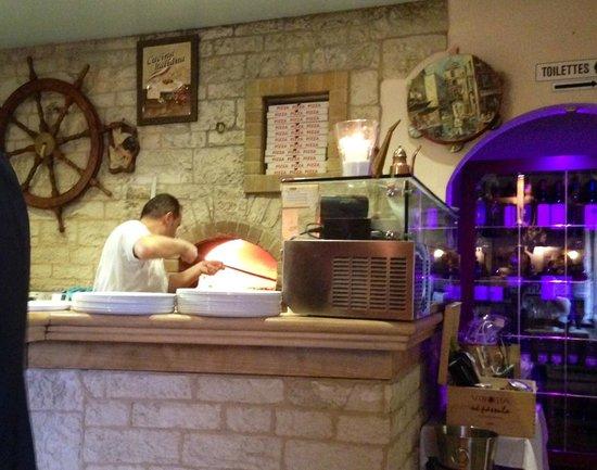 Rolle, Schweiz: Il pizzaiolo e il forno a legna!