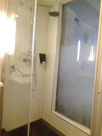 Royal Park Boutique Hotel: Voici la célébre salle de bain.