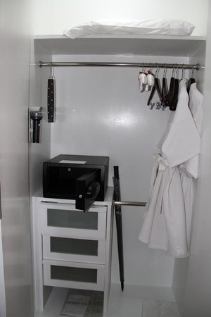 Grand Sukhumvit Hotel Bangkok: Large safe and wardrobe