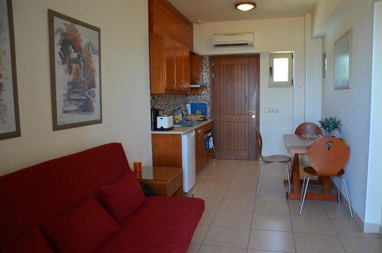 Sitia Bay Hotel: keuken en zithoek
