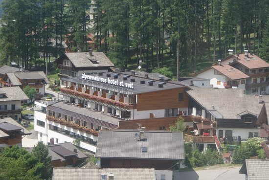 Hotel St Veit: Hotel viewed from nearby cable car.