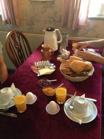 Kirsebaerkroen: Frukost som var mycket bra.