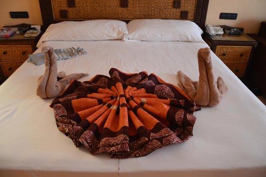 Hotel Riu Touareg : Decoration with towels
