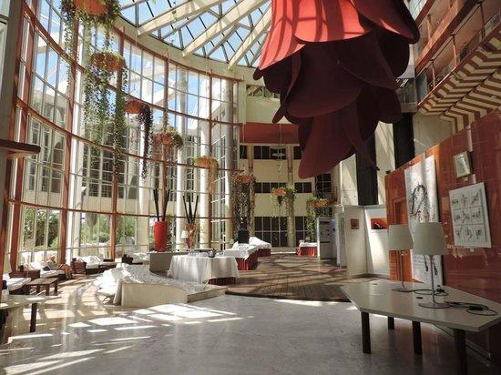 Silken Al-Andalus Palace Hotel : Autre hall de l'hôtel qui accueillait une expo