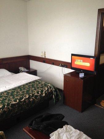 Severnaya Hotel: ЖК телевизор и кровать 2*2