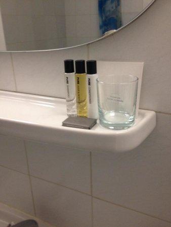 Severnaya Hotel: Гель для тела/волос, шампунь, бальзам! А вот зубной пасты не было...