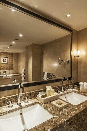 Budapest Marriott Hotel : Presidential Suite Bathroom - Vanity