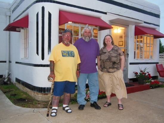 Boots Court Motel: In front of Boot's Ron 'tatoo man' customor and Deb, onsite manager