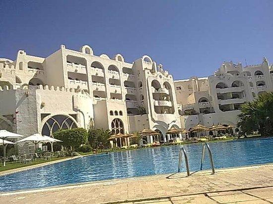 Lella Baya: facciata dell'hotel e piscina
