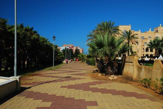 IBEROSTAR Isla Canela Hotel: Promenada między hotelem a oceanem - miejsce na jogging i spacery