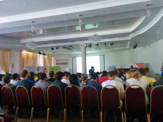 Odessa Hotel Complex: странная колонна посреди конференц-рума перегораживает половине аудитории экран