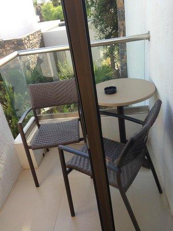The Island Hotel: V.Small balcony - room 957 (garden view)