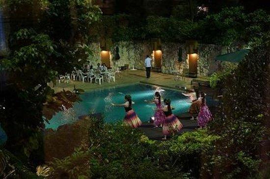 ANA Crowne Plaza Okinawa Harborview: ロビーからプールサイドを望む