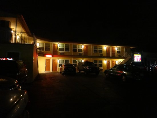 Hotel Point Loma: Motel at night.