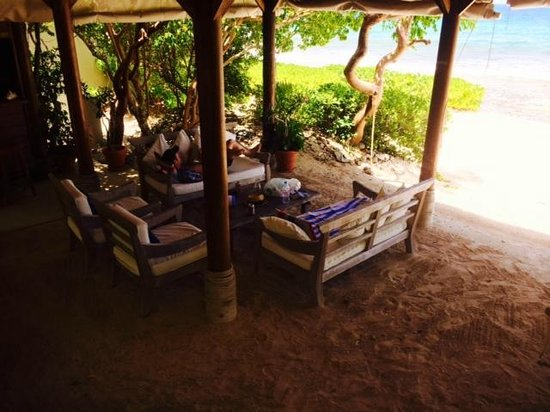 Surfsong Villa Resort: Beach lounge