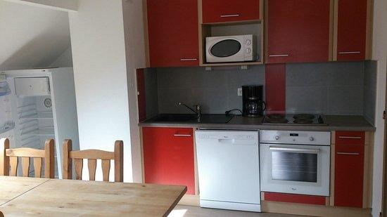L'Escandille: キッチン、大きな冷蔵庫と洗濯機も