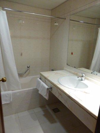 The Jardins d'Ajuda Suite Hotel: salle de bains